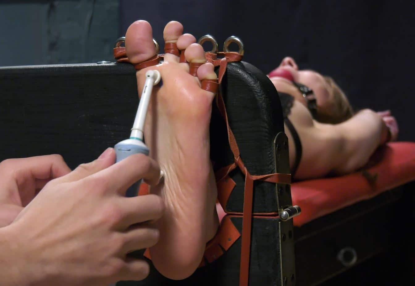 Elizabeth – Intense long tickling in Y pose