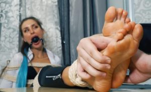 You must give me a divorce, otherwise I will torment your feet with tickling and ice! – Capturing the arrogant Kristy